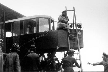 Император Николай Второй осматривает первый русский самолёт